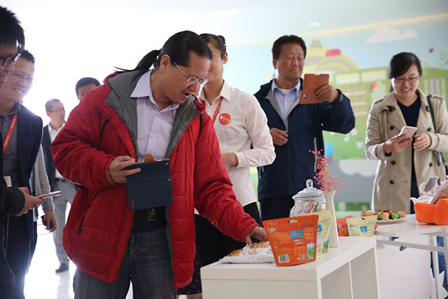Taiwanese reporters were excited to see Huangfeihong products
