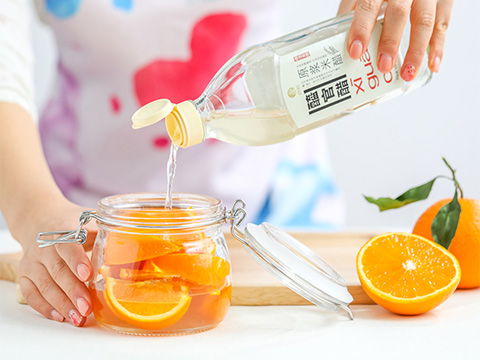 Slice the oranges before placing them in an air-tight jar. Fill to the brim with XI GUAN CU Rice Vinegar.