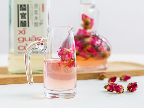 Store for 3 days in a cool and dry place before it is ready. The vinegar takes on a brilliant rosy natural colour thanks to the petals. Take 20mL daily and dilute with 5 times more water, add honey if desired, to drink.