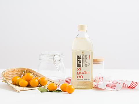 Prepare the ingredients needed to make kumquat infused vinegar.