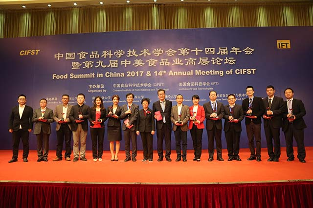Fourteen young science practitioners, including Jiang Junwu from Shinho, were presented with the Youth for Excellence Award.