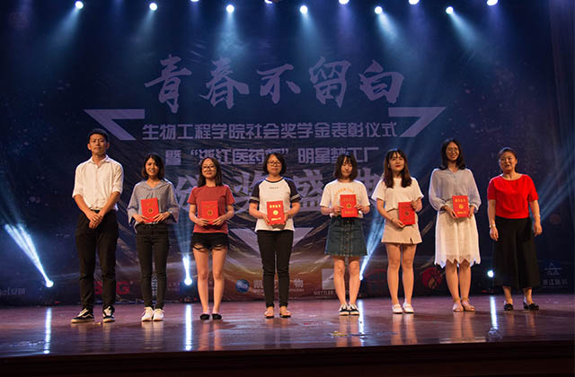 Shinho YOUR SAUCE brand manager (first one on the left) gave out awards for students.